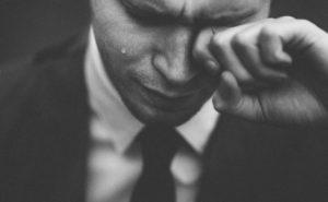落選し泣く男性