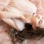 アクシージアの製品を使い美容に気を付ける女性